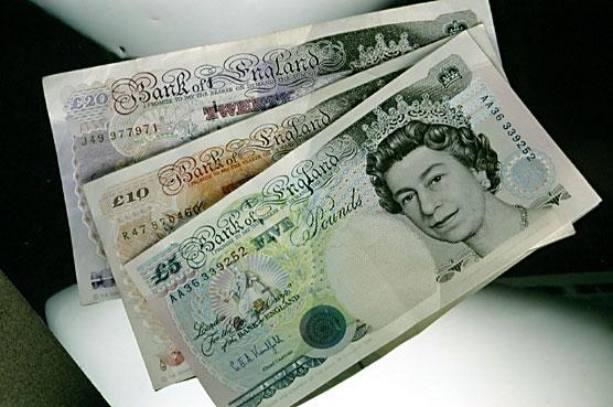 الإسترلينى يتراجع مسجلًا أدنى مستوى خلال أسبوع مقابل الدولار واليورو