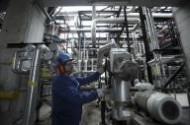 النفط يتراجع بعد قفزة قوية مع عودة التركيز للمحادثات الايرانية