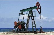 النفط يتراجع بسبب قوة الدولار وتخمة المعروض
