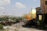 دبابة تابعة للجيش الوطني الليبي تطلق النار على مقاتلين إسلاميين أثناء اشتباكات معهم في معقلهم الأخير في بنغازي بشرق ليبيا في يوم 17 يوليو تموز 2017. تصوير عصام الفيتوري - رويترز.
