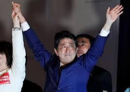 اليابانيون يدلون بأصواتهم في انتخابات تحدد مصير رئيس الوزراء