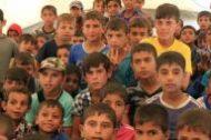 أطفال عراقيون مشردون داخل فصل دراسي أقامته منظمة الأمم المتحدة للطفولة يونيسيف بمخيم حمام العليل جنوبي الموصل بالعراق يوم 23 مايو أيار 2017. تصوير: آري جلال - رويترز