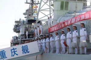 [جنود من البحرية الصينية يقفون على مدمرة أحيلت للتقاعد في ترسانة لتصنيع حاملة طائرات صينية في احتفال بمناسبة يوم البحرية الصينية في منطقة بنهاي الجديدة في إقليم تيانجين بالصين يوم 23 ابريل نيسان 2017. (صورة لرويترز ويتم توزيعها كما تلقتها كخدمة لعملائها. هذه الصورة للأغراض التحريرية فقط. ليست للبيع ولا يسمح باستخدامها في حملات تسويقية أو إعلانية).