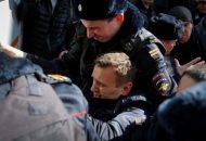 الشرطة تعتقل أليكسي نافالني وهو زعيم بارز في المعارضة أثناء تجمع بوسط موسكو دعا إليه نافالني للاحتجاج على الفساد يوم الأحد. تصوير: مكسيم شيميتوف - رويترز