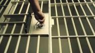 سجون القصيم تطلق سراح 18 نزيلاً