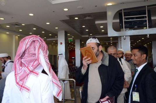 بالصور .. ضيوف الرحمن يتسلمون هدية خادم الحرمين الشريفين