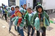 الحملة الوطنية السعودية توزع العديد من المستلزمات الدراسية على الطلاب السوريين في مخيم الزعتري