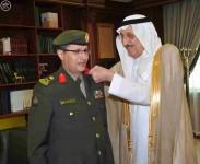 أمير منطقة جازان يقلد مدير جوازات المنطقة رتبته الجديدة