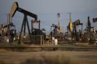 النفط يرتفع لأعلى مستوياته في 2015 بدعم من اليمن ومخاوف المعروض