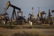 النفط يتراجع لكن الخام الأمريكي بصدد الصعود للأسبوع العاشر