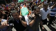 الفلسطينيون يشيعون زوجة قائد كتائب القسام وابنه في غزة