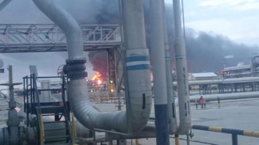 إخماد حريق صناعي محدود في أنابيب إحدى محطات المعالجة في رأس تنورة
