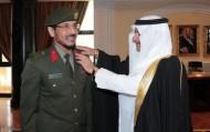 الأمير فهد بن سلطان يقلد مدير جوازات تبوك رتبته الجديدة