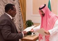 الأمير محمد بن سلمان يتسلم رسالتين لخادم الحرمين الشريفين ولسموه من الرئيس السوداني