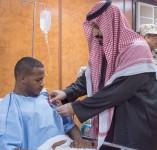 سمو ولي ولي العهد يزور المستشفى الميداني المتقدم للقوات المسلحة بجازان ويطمئن على المصابين