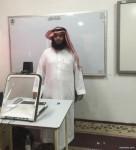 معلم لغة إنجليزية بأحد رفيدة يبتكر طريقة مشوقة للتعلم عن بعد