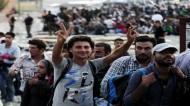 مئات اللاجئين يدخلون إلى النمسا وألمانيا