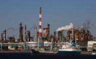 النفط يقفز 5% للمرة الثانية في اسبوع مدعوما بمشتريات لتسوية المراكز