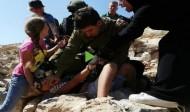 جندي إسرائيلي يعتدي بالضرب على طفل فلسطيني