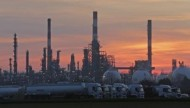 النفط يرتفع لكن الخام الأمريكي يسجل أكبر خسارة شهرية في عام