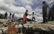 سكان يمشون على مسجد منهار في قرية بلانج مانكونج في إقليم أتشيه بإندونيسيا إثر زلزال وقع يوم الأربعاء. تصوير روني بنتانج - رويترز.