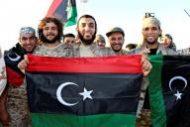 مقاتلون من القوات الليبية المتحالفة مع الحكومة المدعومة من الأمم المتحدة يحتفلون مع اقترابهم من تطهير آخر معقل للدولة الإسلامية في سرت بليبيا يوم 5 ديسمبر كانون الأول 2016. تصوير رويترز. (هذه الصورة للأغراض التحريرية فقط. ليست للبيع ولا يسمح باستخدامها في حملات تسويقية أو إعلانية).