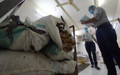 """""""الغذاء والدواء""""تتلف 9 آلاف كيلوغرام أغذية مخالفة وتغلق منشأتين"""