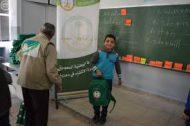 الحملة الوطنية السعودية تستمر في توزيع الحقائب المدرسية بلبنان على الطلبة السوريين