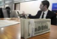 الدولار يتراجع ومكاسب الأسهم تدعم الين