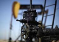 النفط يغلق مرتفعا بفعل أزمة أوكرانيا لكنه يسجل ثاني خسارة شهرية