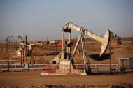 النفط الخام يهبط أكثر من دولار