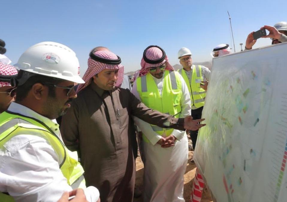 وزير الإسكان يتفقد المشاريع في منطقة عسير، ويتابع نسب الإنجاز