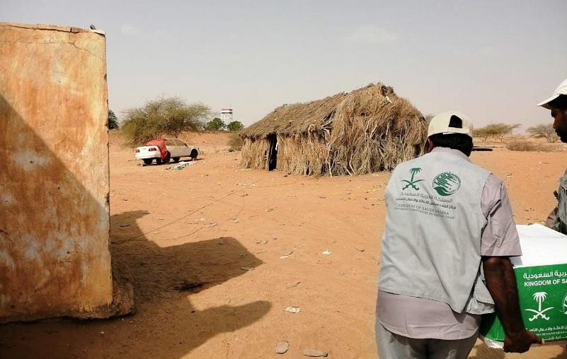 مركز الملك سلمان للإغاثة يوزع 380 سلة غذائية في مديرية حيران باليمن