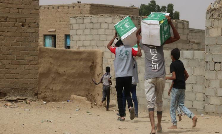 مركز الملك سلمان للإغاثة يوزع 4,500 كرتون تمر في مديريات بمحافظة مأرب