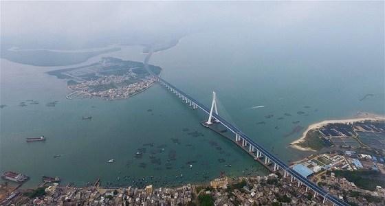 الصين تفتتح أول جسر بحري يمر عبر الصدوع النشطة