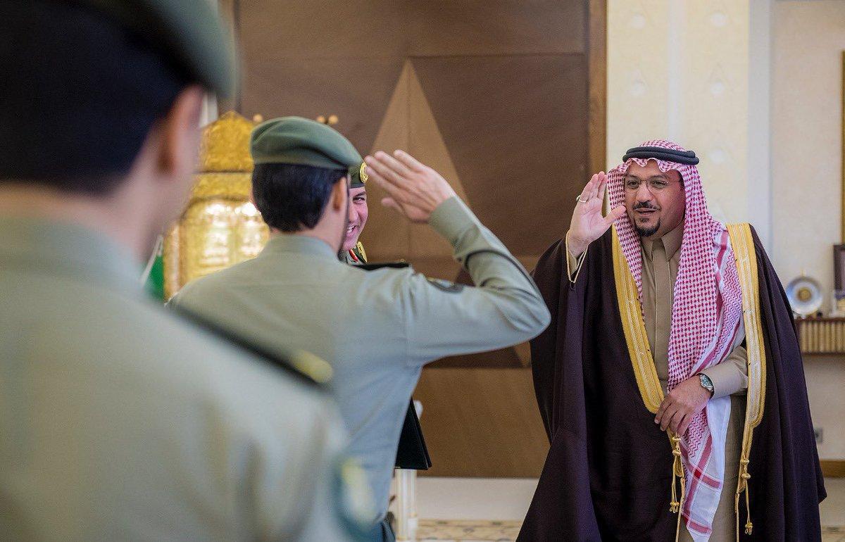 أمير القصيم يكرم وكيل الرقيب الحربي من الجوازات لتميزه في أداء عمله