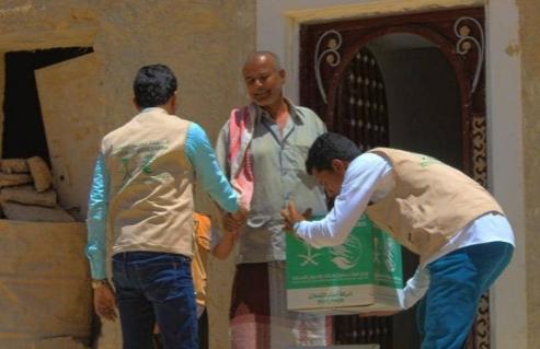 مركز الملك سلمان للإغاثة يوزع 1,200سلة غذائية على النازحين والمتضررين في مديرية غيل بن يمين